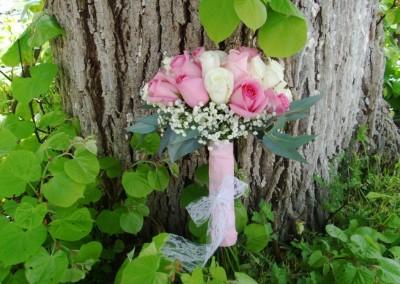 Νυφική ανθοδέσμη με λευκα και ρόζ τριαντάφυλλα