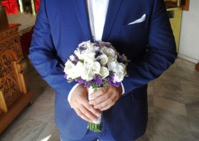 Νυφική ανθοδέσμη με λευκα τριαντάφυλλα μαι μώβ limonium