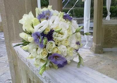 Νυφική ανθοδέσμη σε λευκό μώβ με τριαντάφυλλα λυσίανθο