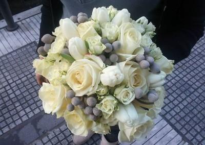 Νυφική ανθοδέσμη με λευκα τριαντάφυλλα τουλίπες brunia