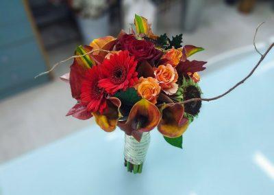 Νυφική ανθοδέσμη σε πορτοκαλί αποχρώσεις με ζέρμπερες κάλες τριαντάφυλλα
