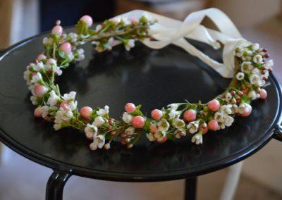 Στεφανάκι χειροποίητο για το κεφάλι  με wax flower και γυψοφύλλη
