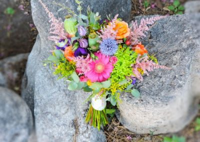 Νυφική ανθοδέσμη με έντονα χρώματα με ζέρμπερα χρυστάνθεμο τριαντάφυλλα και λυσίανθο