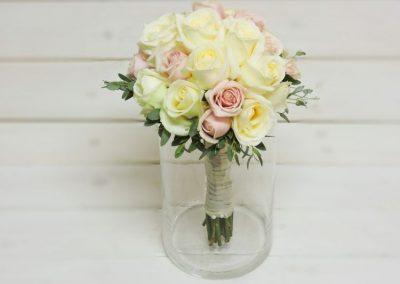 Νυφική ανθοδέσμη σε λευκό ροζ με τριαντάφυλλα