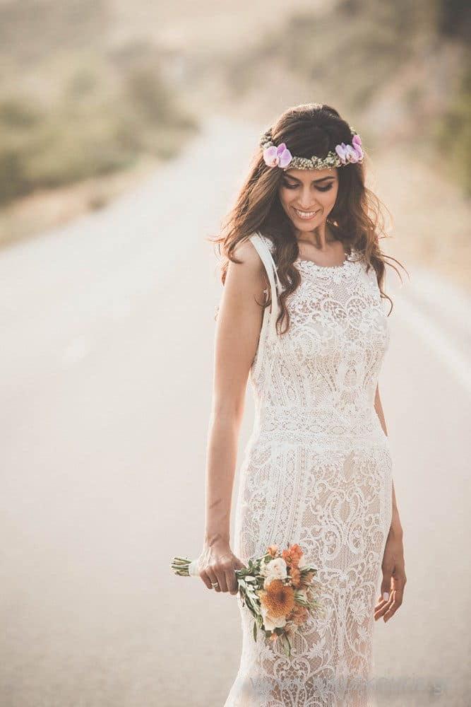 Νύφη με καλοκαιρινο μπουκέτο λουλουδιών