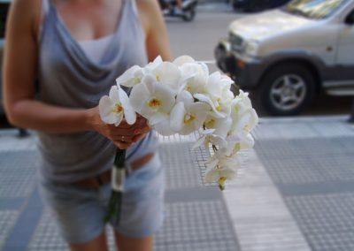 Νυφική ανθοδέσμη με λευκές ορχιδέες Phalaenopsis