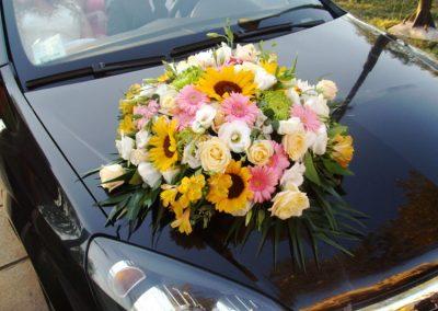 Νυφικός στολισμός αυτοκινήτου με ζέρμπερες ηλίανθο τριαντάφυλλα λυσίανθο