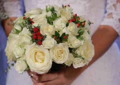 Νυφική ανθοδέσμη με λευκα τριαντάφυλλα και hypericum