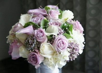 Νυφική ανθοδέσμη με λευκά και λιλά τριαντάφυλλα
