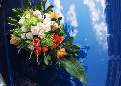 Στολισμός νυφικοού αυτοκινλητου με τριαντάφυλλα στάχια χρυσάθεμα