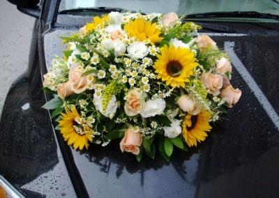 Κατασκευή με τριαντάφυλλα ηλίανθο χαμομήλι για νυφικό αυτοκίνητο