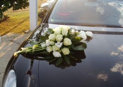 Κατασκευή με τριαντάφυλλα  κάλες για νυφικό αυτοκίνητο