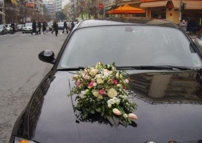 Κατασκευή με τριαντάφυλλα και  για νυφικό αυτοκίνητο