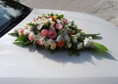 Κατασκευή με τριαντάφυλλα για νυφικό αυτοκίνητο