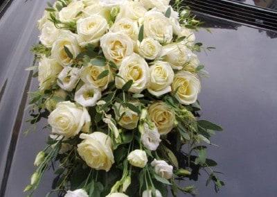 Στολισμός νυφικοού αυτοκινλητου με τριαντάφυλλα λυσίανθο