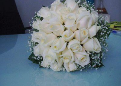 Νυφική ανθοδέσμη με λευκα τριαντάφυλλα