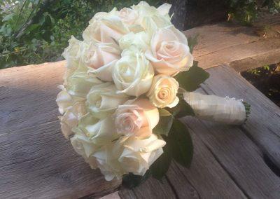 Νυφική ανθοδέσμη με τριαντάφυλλα ροζ και λευκά