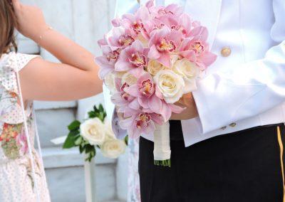 Νυφική ανθοδέσμη με ορχιδέες και λευκά τριαντάφυλλα