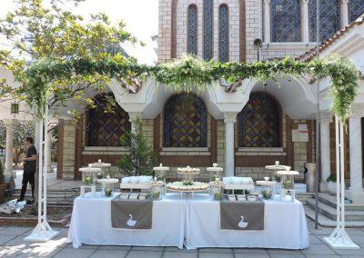 Ανθοστολισμος καμάρας με ανθοσυνθεσεις και πρασινα φυλλωματα για βαπτιση