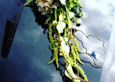 Κατασκευή με τριαντάφυλλα κάλες σάλιξ αμάρανθο για νυφικό αυτοκίνητο