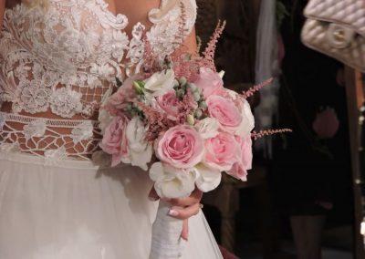Νυφική ανθοδέσμη με ρόζ  και λευκά τριαντάφυλλα