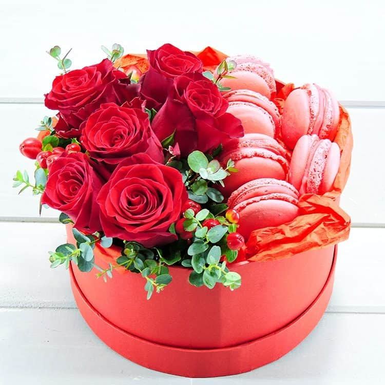 Κουτι καπελιερα με τριανταφυλλα και μακαρον