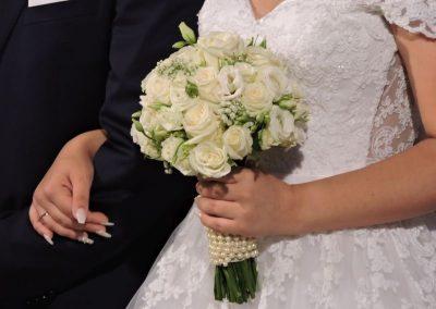 ρομαντική λευκή ανθοδέσμη σε αποχρώσεις του λευκού