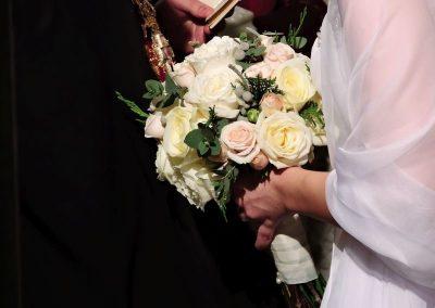 σεμνή ανθοδέσμη νύφης με τριαντάφυλλα και φυλλώματα..