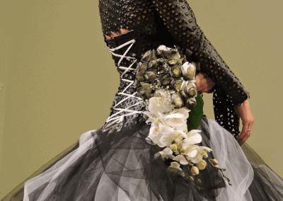 ξεχωριστη προταση ανθοδεσμη για νυφη σε λευκή ορχιδέα και βαμμενα μαύρα τριαντάφυλλα