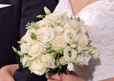 λευκά τριαντάφυλλα σε ανθοδεσμη για νυφη