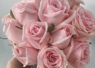 κλασσικη ανθοδεσμη με ροζ τριαντάφυλλα
