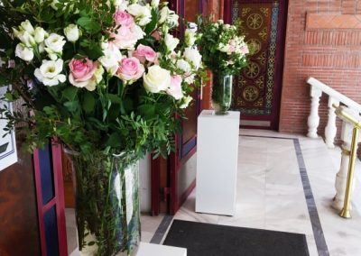 Βάζα με λουλούδια για είσοδο εκκλησίας