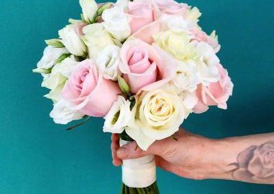 Ανθοδέσμη με τριαντάφυλλα ροζ,λευκα τριαντάφυλλα και λυσίανθος