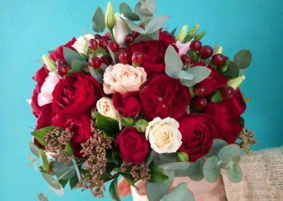 Νυφική ανθοδέσμη με διάφορε ποικιλίες τριαντάφυλλα σε κόκκινο και ιβουαρ